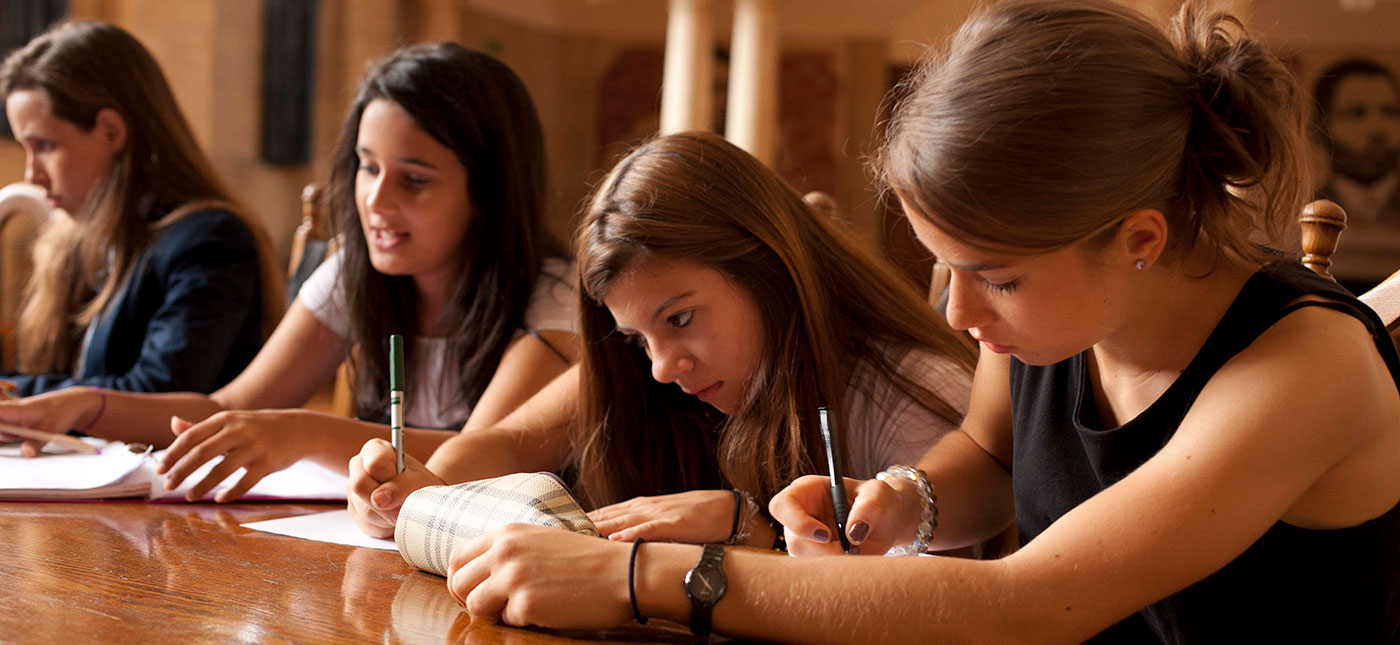 Oxbridge students studying for their summer course at Oxford